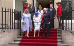 Kanados gubernatorius pažeidė karališkąjį protokolą – palietė Didžiosios Britanijos karalienės ranką