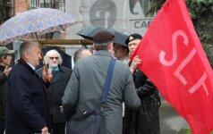 Teisiami socialistai mojuoja raudona vėliava