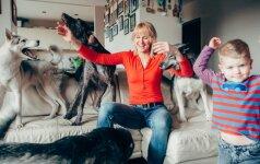Keturis šunis auginanti šeima: vaikai mūsų šunims tarsi gaujos nariai
