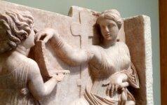 Naisko kapo akmuo soste sėdinčiai moteriai su tarnaite. J. Paul Getty muziejaus nuotrauka