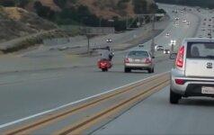 Motociklininko ir automobilio vairuotojo santykių aiškinimasis Los Andžele greitkelyje baigėsi avarija