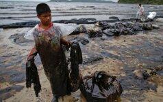 Tailando pakrantėje kariškiai ir gyventojai mėgina kuo greičiau išvalyti teršalus