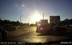 Kaunietis nufilmavo pavojingą BMW vairuotojo manevrą: per žingsnį nuo tragiškos nelaimės