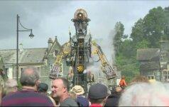 """Tarsi iš siaubo filmo: po Angliją blaškosi 10 metrų """"kasyklų žmogus-mašina"""""""