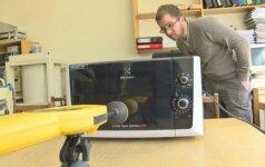 Eksperimentas: prie veikiančios mikrobangų krosnelės geriau nesiartinti