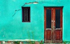 Spalvų ir medžiagų derinimas vienbučių namų eksterjere