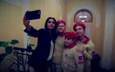 """Paaugliai iš """"Jaunosios armijos"""" su Kalašnikovu rankose priėmė """"manekenų iššūkį"""""""