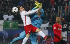 """Dominikas Kaiseris kovoja su """"Eintracht"""" vartininku Heinzu Lindneriu"""