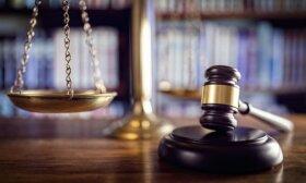 Už turto prievartavimą ir viešosios tvarkos pažeidimą teismas nubaudė septynis jaunuolius