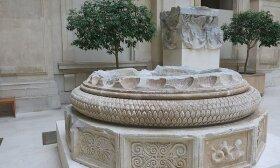 Delfų Apolono šventyklos kolonos bazė, esanti Luvre.