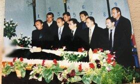 """Vilijos zudyniu auka – 1993 m. Daktarų """"elitas"""" prie """"Vilijos"""" žudynėse kritusio vyro karsto / R. Dargio knygų nuotr."""