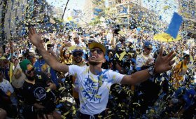 """Milijonas gerbėjų Ouklande sveikino """"Warriors"""" paradą, policija traukė per dantį LeBroną"""