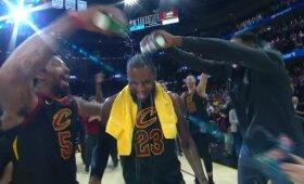 """Lebrono interviu vandeniu nutraukė pergalę švenčiantys """"Cavaliers"""" žaidėjai"""