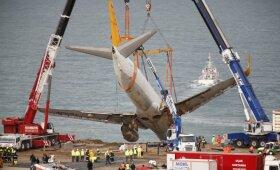 Turkijoje keliamas nuo tūpimo tako nuvažiavęs ir ant stataus šlaito sustojęs lėktuvas