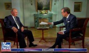 Suirzęs V. Putinas atsisakė priimti iš amerikiečių žurnalisto popieriaus lapo ir paprašė padėti jį ant gretimo stalelio