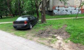 Automobilius statantiems ant žolės ir šaligatvių pareigūnai siunčia žinutę