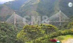 Nufilmuota, kaip griūvančio tilto nuolaužos su žmonėmis krenta į apačioje esantį tarpeklį