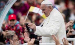 Pirmąją popiežiaus Pranciškaus vizito dieną – netikėtas gestas ir gausios pagyros Lietuvai