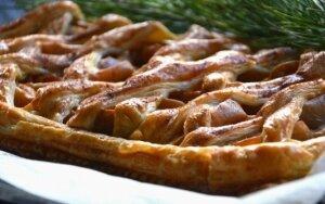 Mielinis pyragas su obuoliais ir uogiene