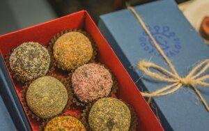 Kalėdinėje veganų mugėje lankytojai šlavė saldumynus