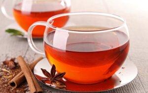 Sulieknėti padės arbata su cinamonu ir lauro lapais