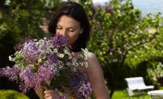 Moteris uosto gėles