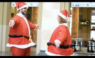 Vilniaus traukinių stotyje praeivius stebino Kalėdų Senelių ir mimai