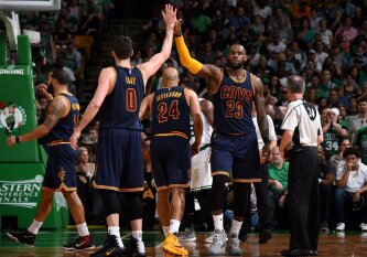 "L. Jameso ir K. Love'o vedami ""Cavaliers"" konferencijos finalą pradėjo užtikrinta pergale"