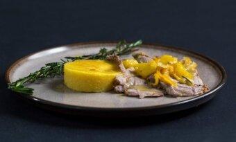 Sūrio lazdelėmis įdaryta kiaulienos sprandinė, troškinta apelsinų sultyse