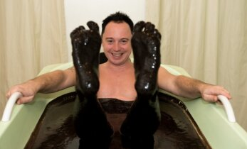 Mino visu kūnu paniro į egzotišką vonią   atrado neapsakomą malonumą