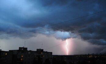 Sekmadienio naktį ne tik siautė audra, bet ir dangų skrodė žaibai