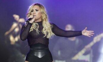 Šviesiaplaukės įvaizdį susigrąžinusi dainininkė pasirinko ne pačią tinkamiausią aprangą