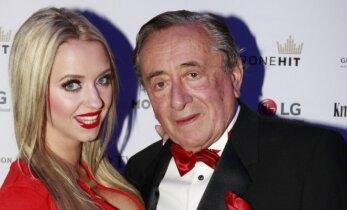 81 metų milijardierius ir jo jaunoji žmona tapo prabangaus automobilininkų vakarėlio žvaigždėmis
