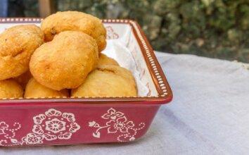 Traškūs pyragėliai su bulvėmis ir česnakų padažu