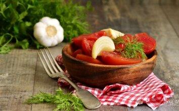 Marinuoti pomidorai su svogūnais
