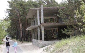 Nebaigtos statybos J. Basanavičiaus g. ir apleistas pastatas prieškopyje