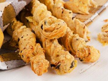 Traškios sūrio lazdelės su česnakiniu padažu