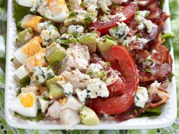 Ypatingos avokadų, šoninės ir kiaušinių salotos
