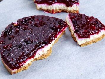 Varškės pyragas su braškių uogiene
