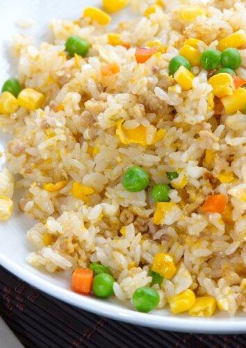 Kepti ryžiai su kiaušiniu ir daržovėmis