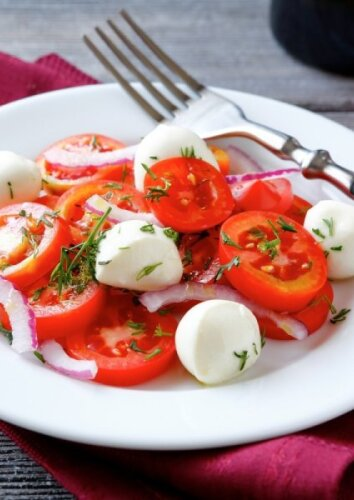 Pomidorų ir raudonųjų svogūnų salotos