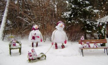 Palangos Birutės parkas pasidabino žaismingomis žiemiškomis kompozicijomis