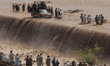 Pakistane dėl liūčių tūkstančiai atkirsti nuo pasaulio