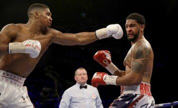 Anthony Joshua ir Dominice'as Breazeale'as (AP Scanpix nuotr.)