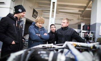 Benediktas Vanagas apžiūri naująją Toyota Hilux