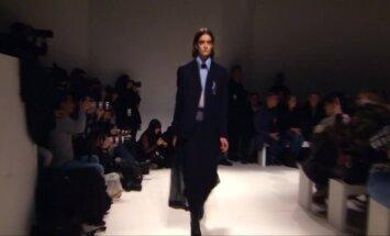 V. Beckham pristatė įmantrią kolekciją su plevenančiomis suknelėmis ir kabančiomis kelnėmis