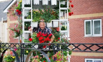 8 metrų bokšto iš gėlių kūrėjas: žmona nebeleido daryti aukštesnio