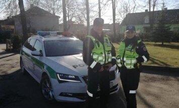 Marijampolės Kelių policijos skyriaus 2 būrio vyr. patruliai Dovydas Venckauskas ir Vilija Luckutė