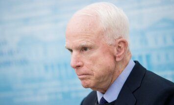 remove Re-Crop Republican Senator John McCain of the US at the Presidential palace in Vilnius