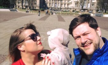 Erika ir Merūnas Vitulskiai su sūneliu Ajumi